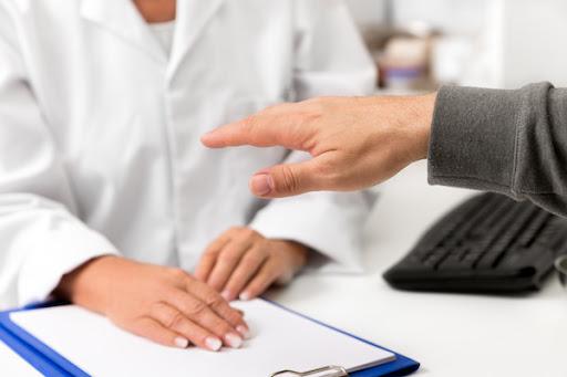 Im Laufe der Zeitlupe entwickeln sich andere Symptome Hände schütteln